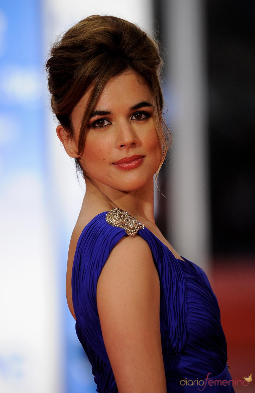 Adriana Ugarte mostrando la pedrería de su vestido en la alfombra roja de los Goya 2011
