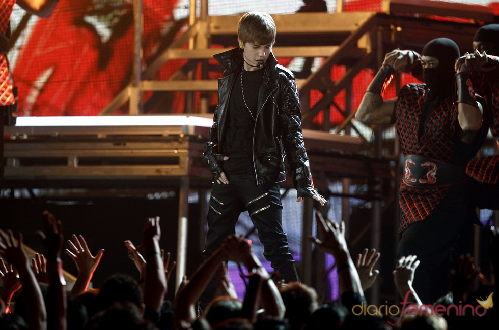 Justin Bieber cantando en los Grammy 2011