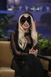 Lady Gaga con una máscara