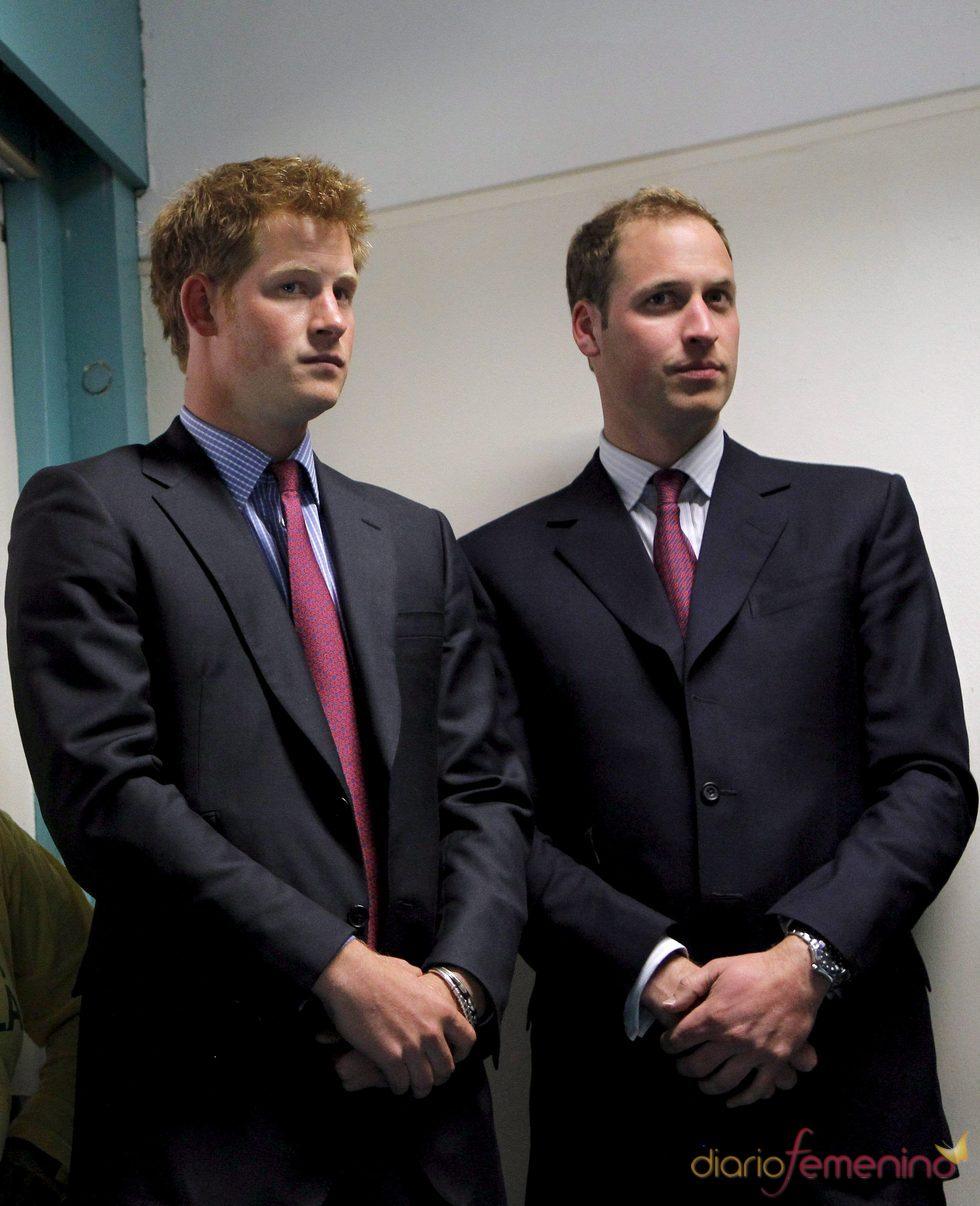 Los príncipes Guillermo y Enrique de Inglaterra