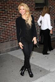 Shakira con total look negro