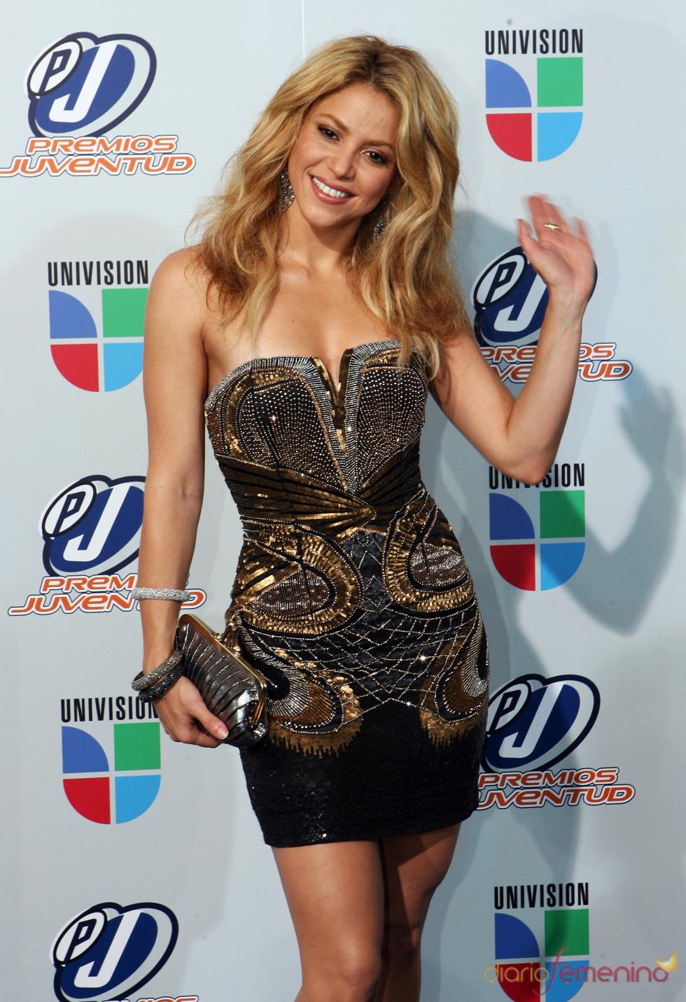 Shakira, muy guapa, con un mini vestido palabra de honor