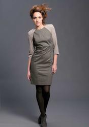 Vestido en kaki y mangas grises de Sara Coleman