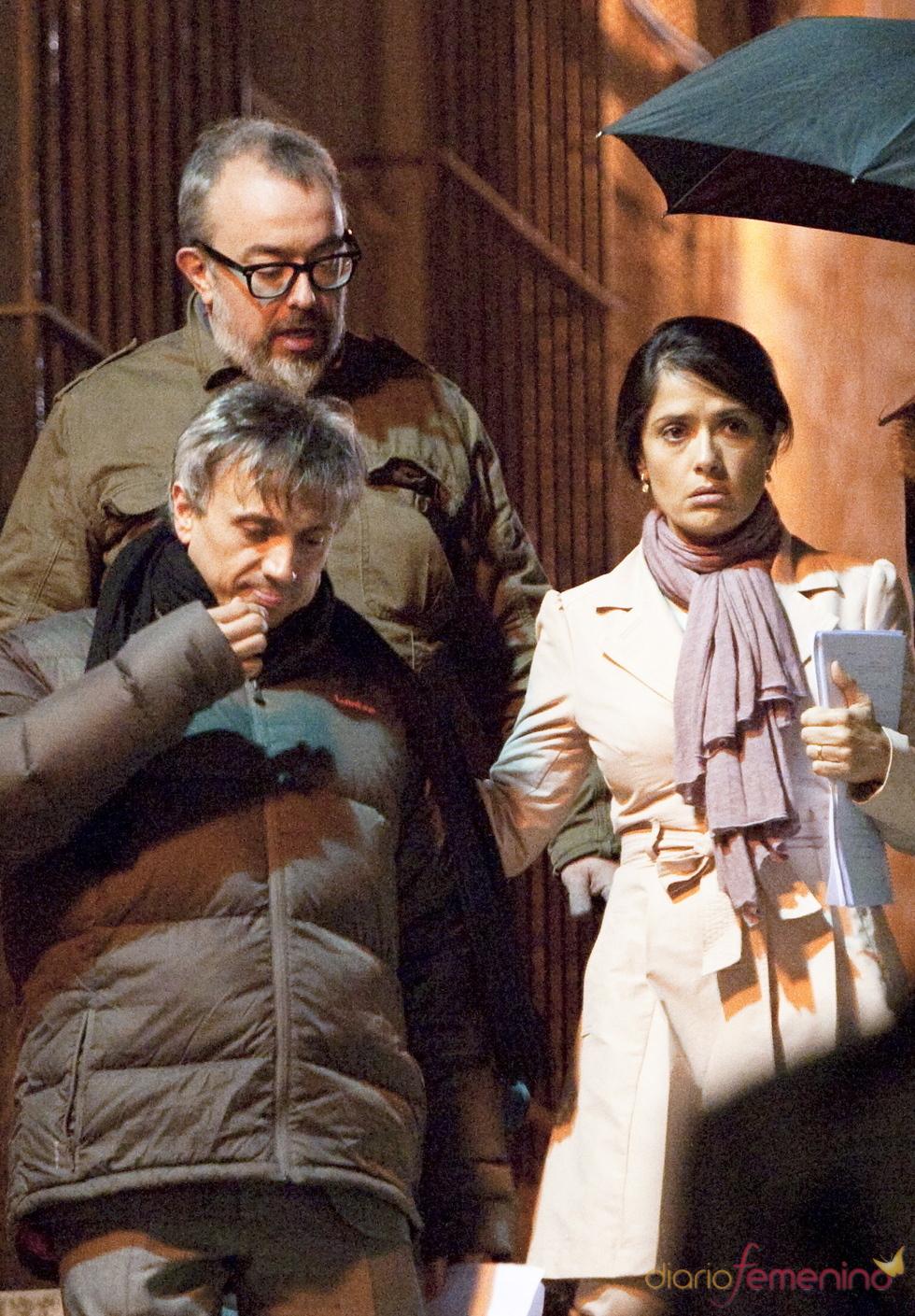 Álex de la Iglesia, José Mota y Salma Hayek en un descanso del rodaje