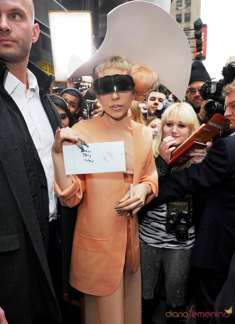 Lady Gaga vestida de 'condón'