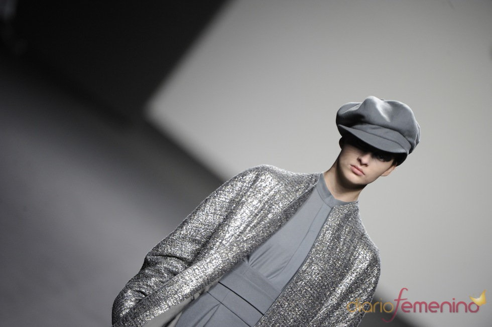 Abrigo plateado. Jesús del Pozo O/I 2011-12. Cibeles Madrid Fashion Week
