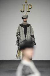 Abrigo forma masculina. Jesús del Pozo O/I 2011-12. Cibeles Madrid Fashion Week