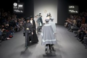 Ovación en el desfile de Jesús del Pozo. Cibeles Madrid Fashion Week 2011-12