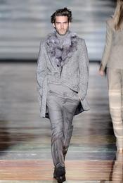 Jon Kortajarena de gris. Roberto Verino. Cibeles Madrid Fashion Week 2011