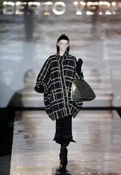 Abrigo negro con cuadro amarillo. Roberto Verino. Cibeles Madrid Fashion Week 2011