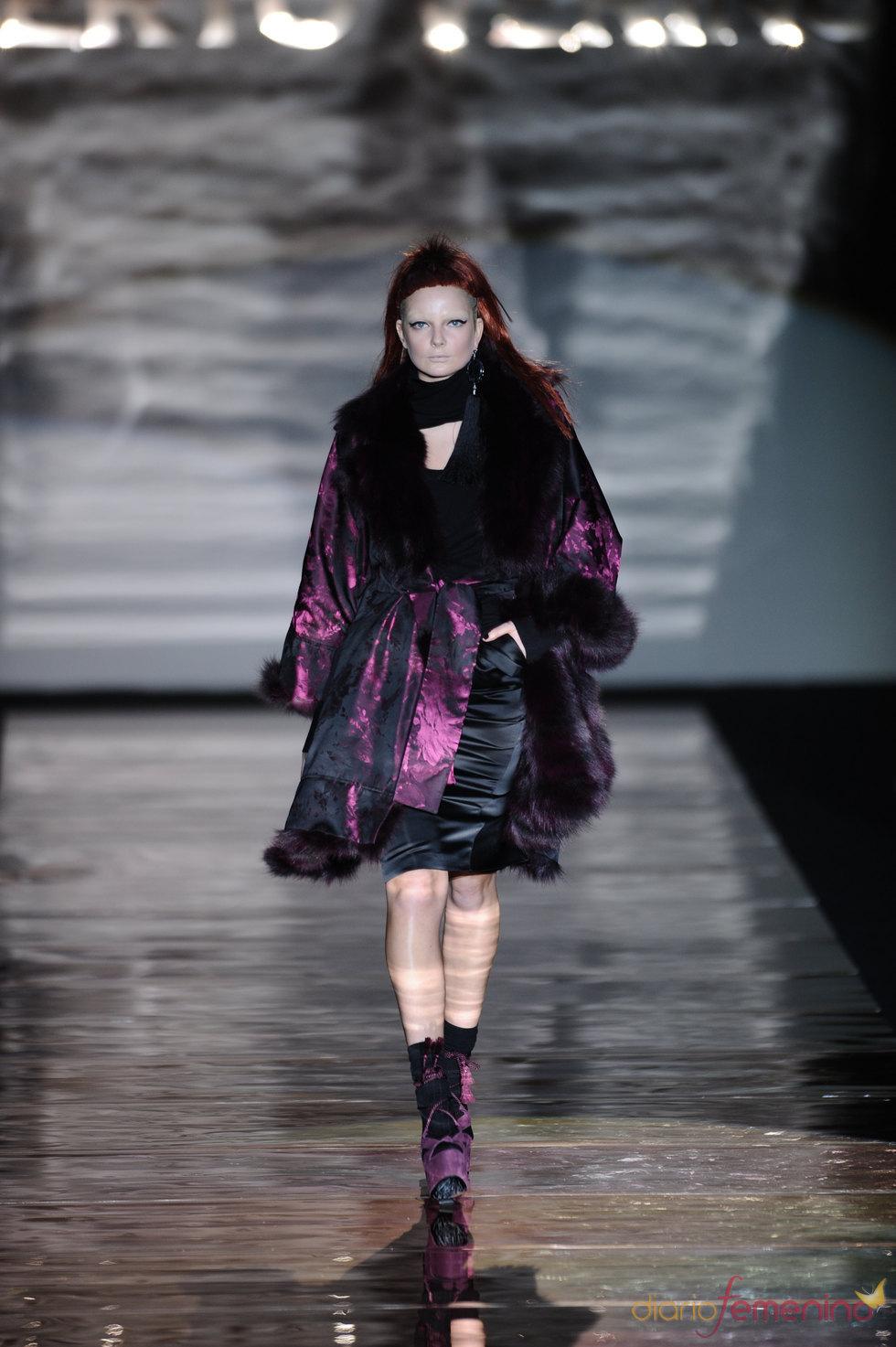 Conjunto negro y violeta. Roberto Verino. Cibeles Madrid Fashion Week 2011