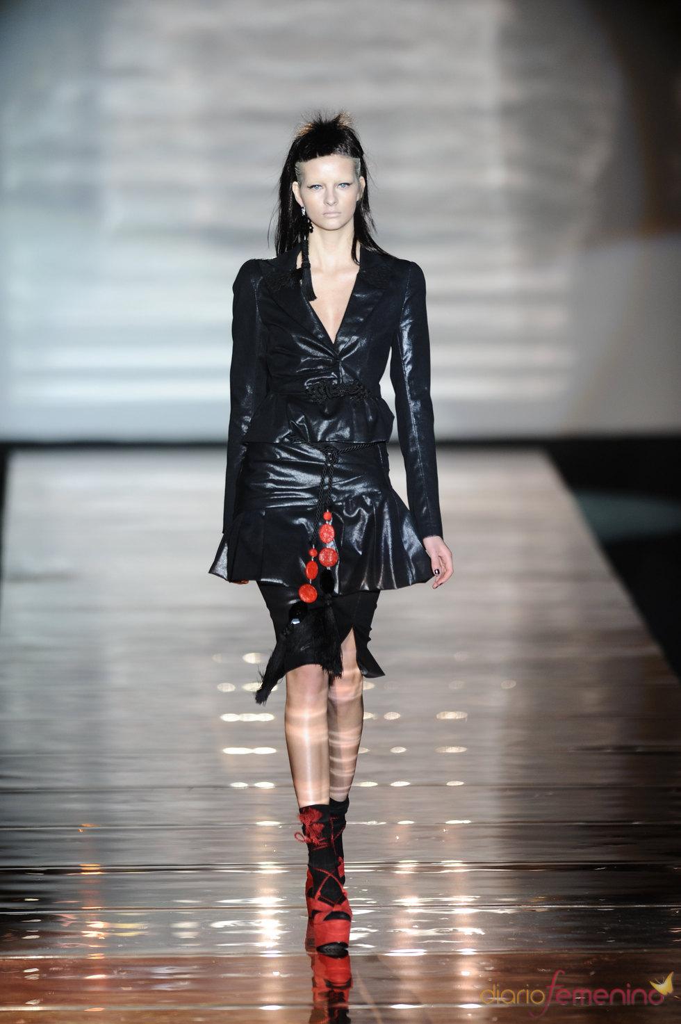 Traje negro con complementos rojos. Roberto Verino. Cibeles Madrid Fashion Week 2011