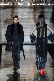 Traje negro con complementos rojos para hombre. Roberto Verino. Cibeles Madrid Fashion Week 2011
