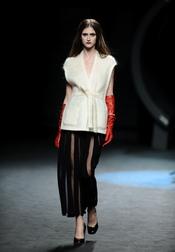 Conjunto blanco con falda negra. Duyos. Cibeles Madrid Fashion week 2011