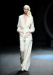 Traje blanco roto. Duyos. Cibeles Madrid Fashion Week 2011