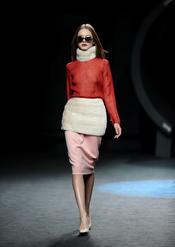 Conjunto rojo, beige y crudo. Duyos. Cibeles Madrid Fashion Week 2011