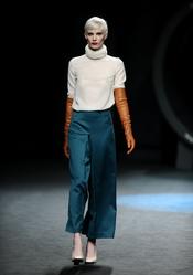 Jersey crudo con pantalón azulón. Duyos. Cibeles Madrid Fashion Week 2011