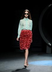 Camisa azul celeste con falda rojo sangre. Duyos. Cibeles Madrid Fashion week 2011
