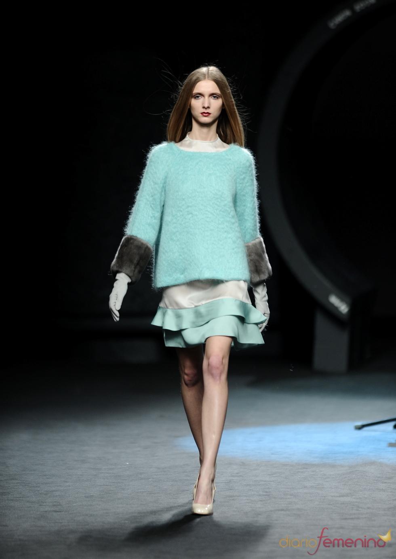 Jersey azul con falda de vuelo. Duyos. Cibeles Madrid Fashion Week 2011