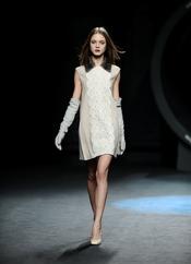 Vestido clásico en beige. Duyos. Cibeles Madrid Fashion Week 2011