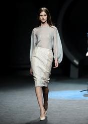 Vestido beige con transparencias. Duyos. Cibeles Madrid Fashion Week 2011