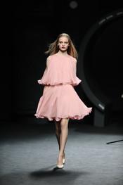 Vestido rosa palo de vuelo. Duyos. Cibeles Madrid Fashion Week 2011