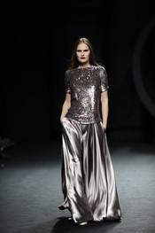 Vestido de gala color plata. Duyos. Cibeles Madrid Fashion Week 2011