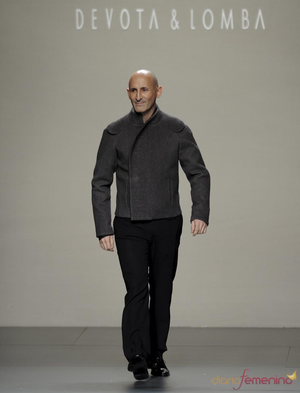 Modesto Lomba saluda en su desfile. Cibeles Madrid Fashion week 2011