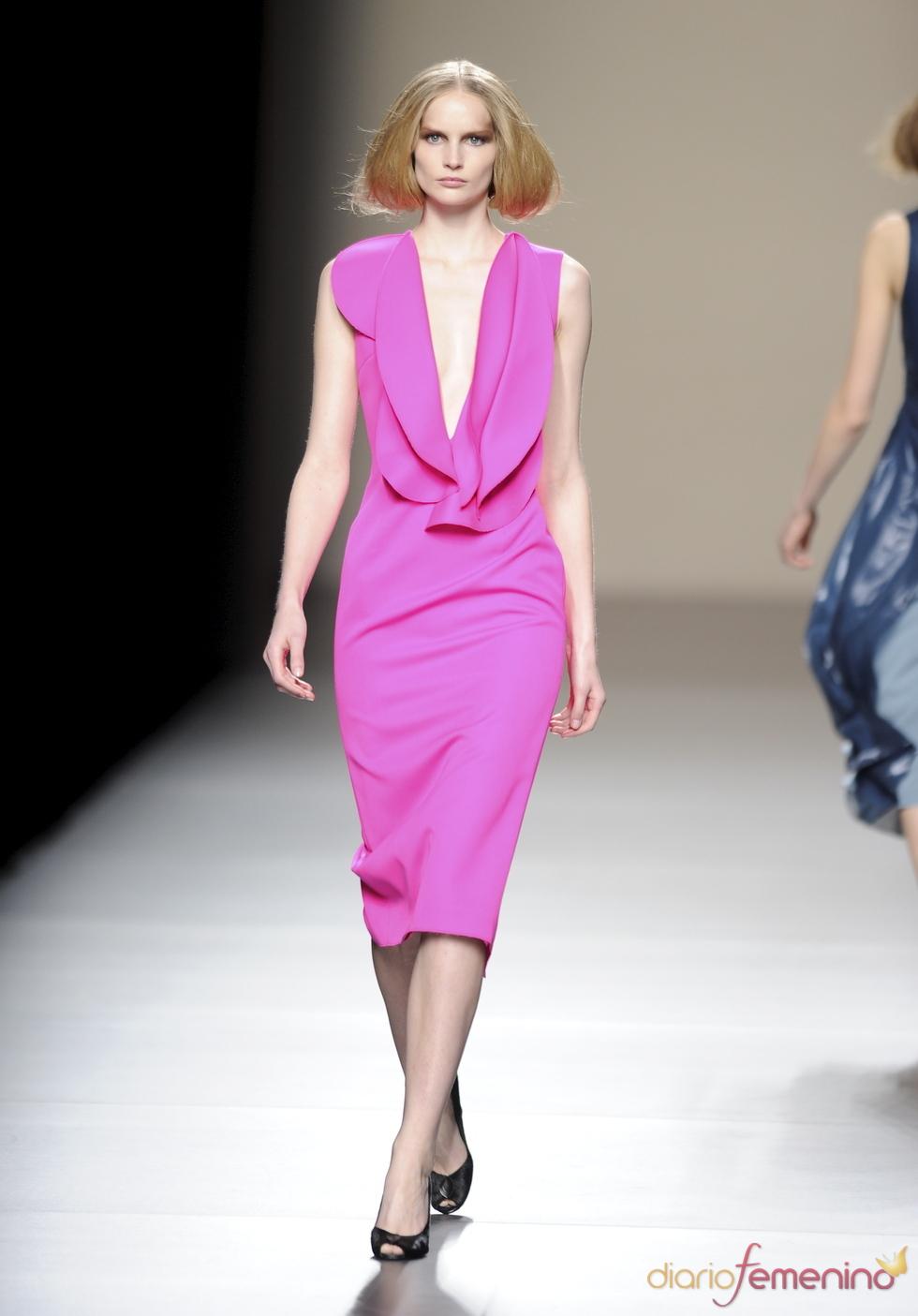 Vestido fucsia con escote. Devota y Lomba. Cibeles Madrid Fashion Week 2011