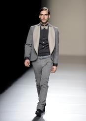Jon Kortajarena con pajarita beige. Devota y Lomba. Cibeles Madrid Fashion week 2011