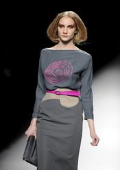 Vestido gris con estampado fucsia. Devota y Lomba. Cibeles Madrid Fashion Week 2011