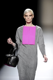 Vestido gris con frontal fucsia. Devota y Lomba. Cibeles Madrid Fashion Week 2011