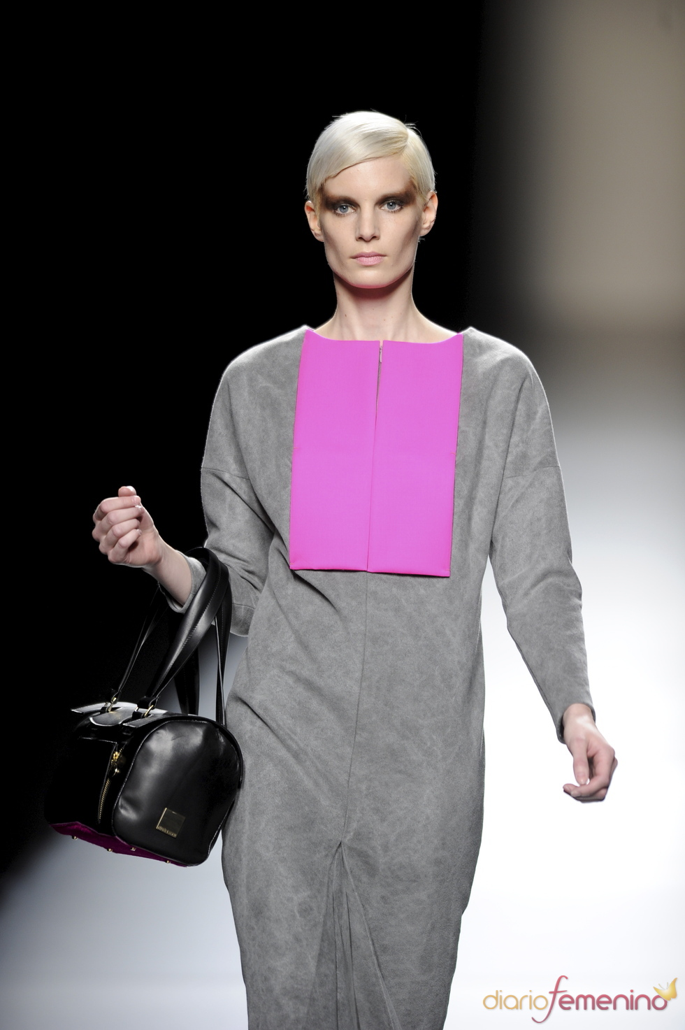 Vestido gris con frontal fucsia. Devota y Lomba. Cibeles Madrid Fashion Week 2011