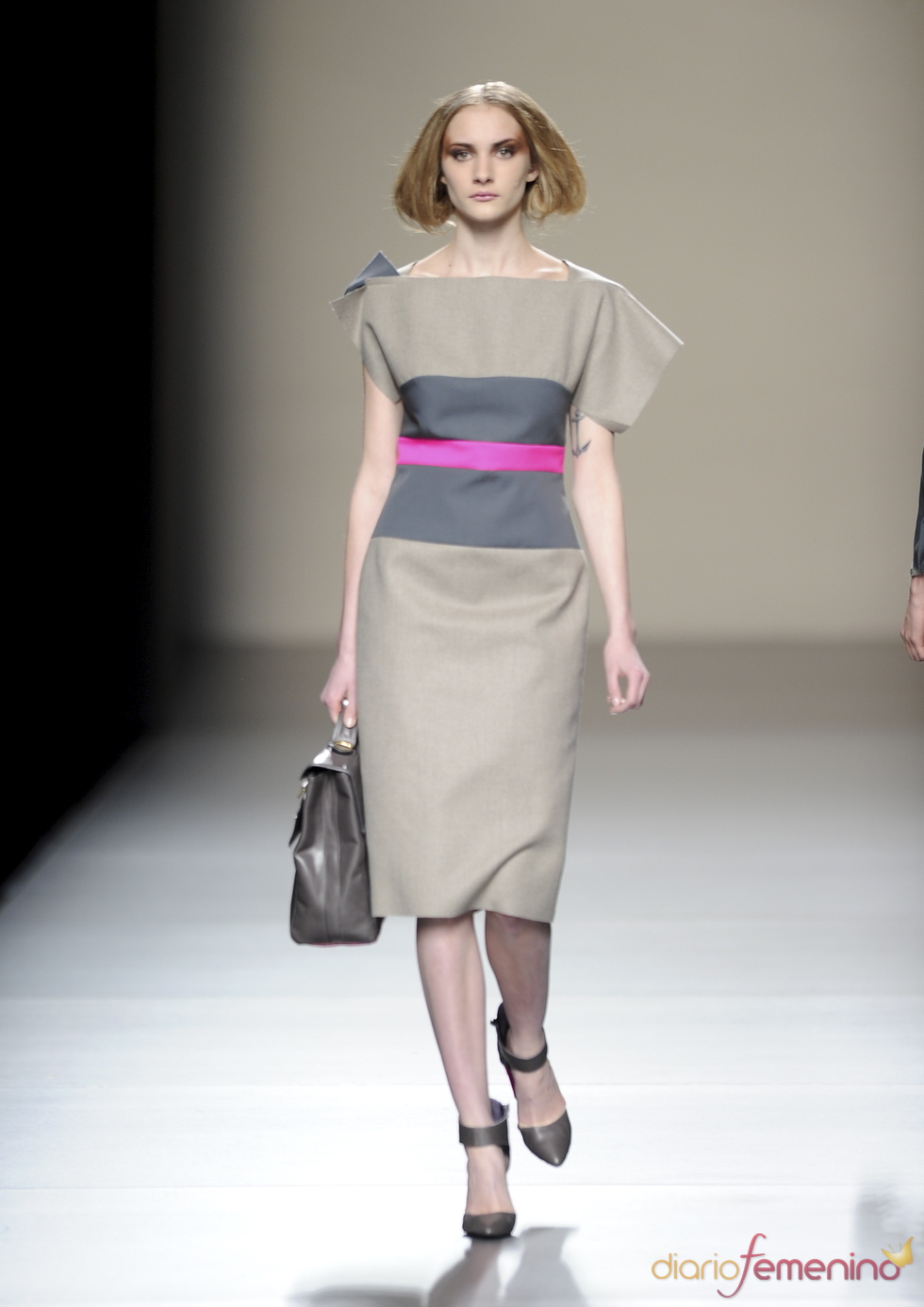 Vestido beige con raya rosa. Devota y Lomba. Cibeles Madrid Fashion Week 2011