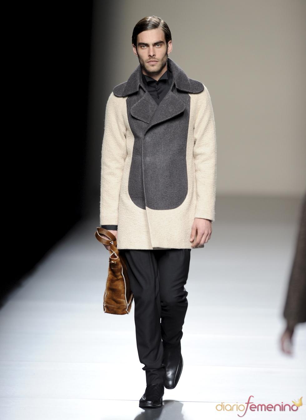 Jon Kortajarena con traje gris y beige. Devota y Lomba. Cibeles Madrid Fashion Week 2011