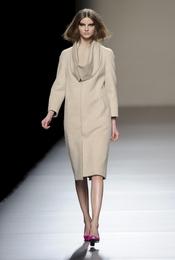 Vestido beige sencillo. Devota y Lomba. Cibeles Madrid Fashion Week 2011