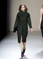 Vestido verde oliva. Devota y Lomba. Cibeles Madrid Fashion Week 2011