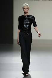 Diseño total black de Ángel Schlesser en Cibeles 2011