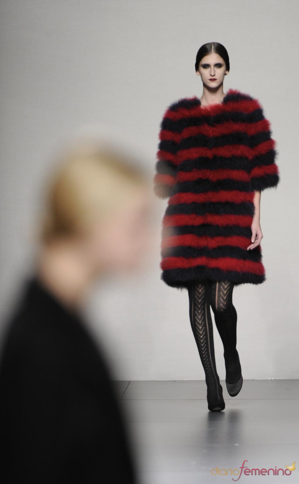 Vestido poncho de pelo, negro y rojo, en la colección de Lemoniez