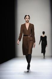 Vestido marrón con escote en pico de Lemoniez