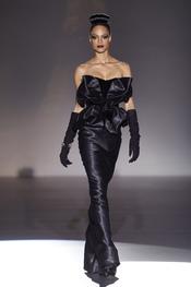 La prenda estrella de Hannibal Laguna, vestido negro de noche