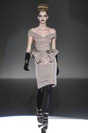 Suave tono camel en los vestidos de Hannibal Laguna