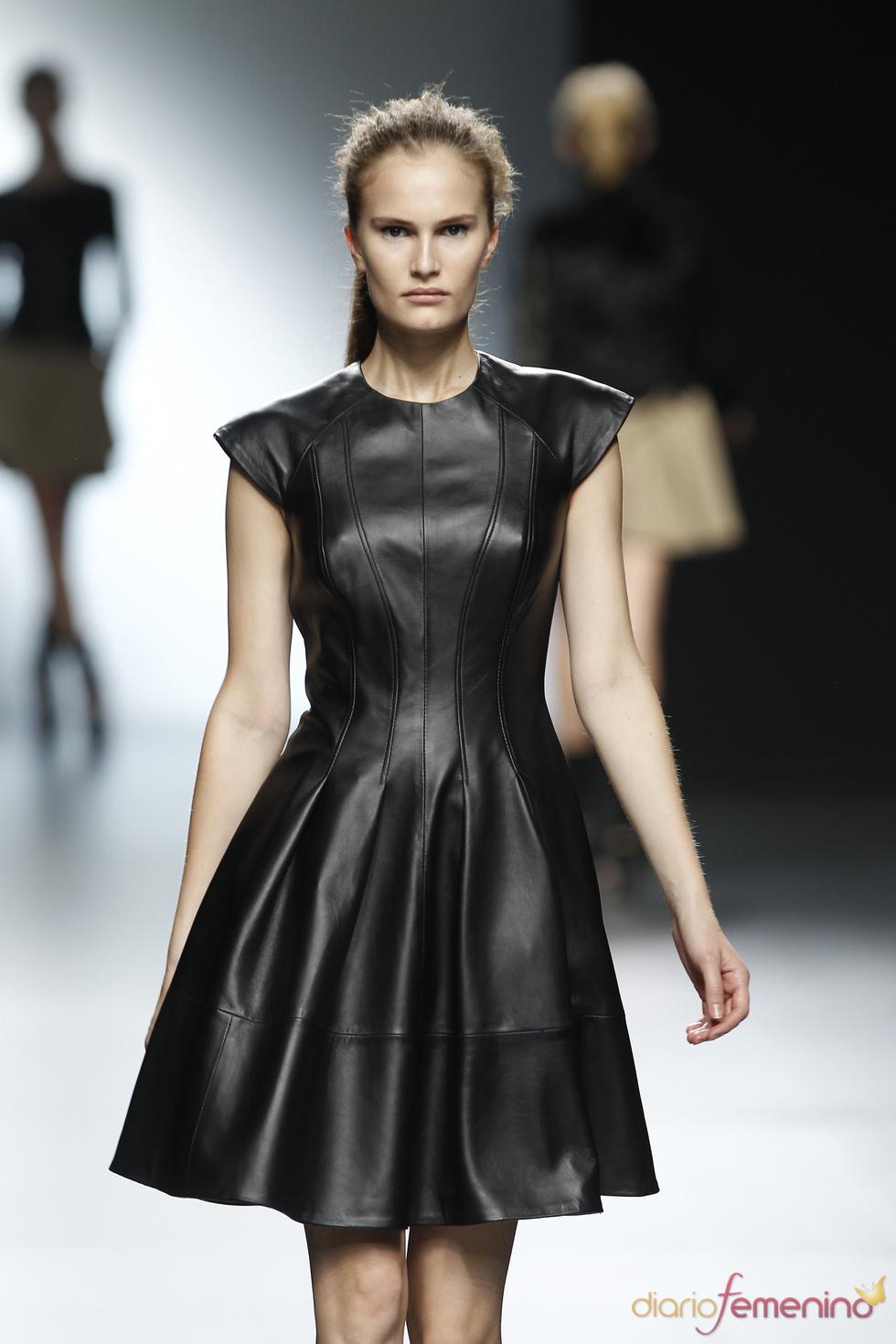 Vestido de cuero negro de Amaya Arzuaga