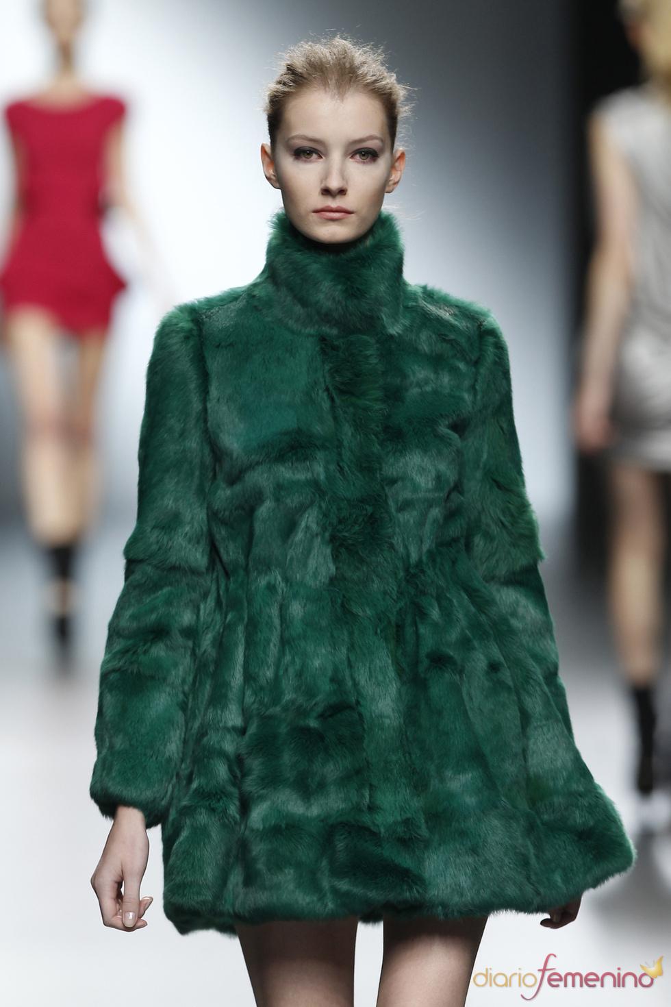 El abrigo de piel verde causa sensación en el desfile de Amaya Arzuaga