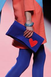 Clutch azul eléctrico de Agatha Ruiz de la Prada en Cibeles 2011