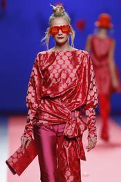 Distintos tonos de rojo de Agatha Ruiz de la Prada en Cibeles 2011
