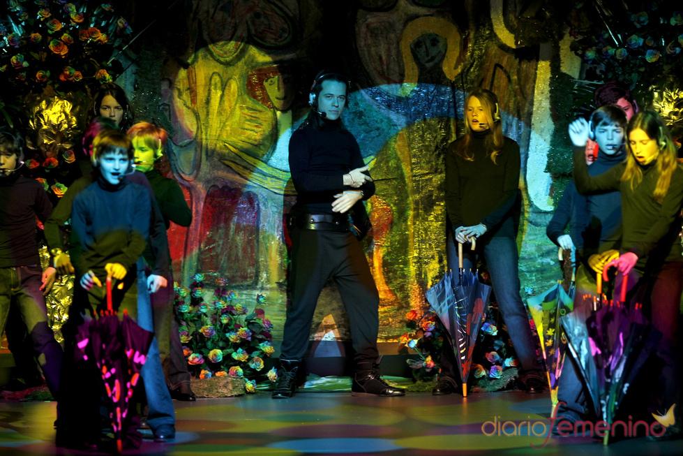 Un coro de niños puso ritmo al desfile de Francis Montesinos en Cibeles 2011