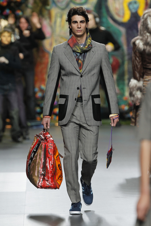 Traje de chaqueta con detalles en cuero de Francis Montesinos