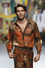Jon Kortajarena luce una colorida camisa de Francis Montesinos