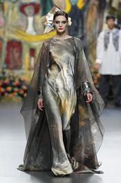 Las capas acompañan a los vestidos de noche para Francis Montesinos